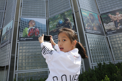 Dětská herečka z Číny před svým plakátem z filmu Malí bojovníci / A children's actress from China in front of her poster from the movie You'll Never Walk Alone (2019)